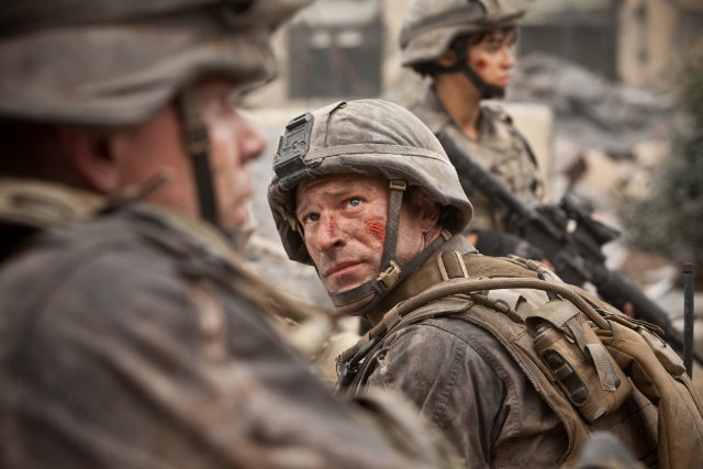 Aaron Eckhart fights in 'Battle: Los Angeles'